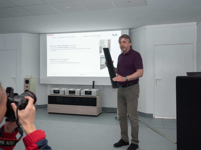 Лотар Виeманн на правах главного инженера рассказывает о матчасти и производстве. Например, о том, что электростатические излучатели для старшей акустики собирают сами на заводе. Ну и о конденсаторах, трансформаторах и прочем железе