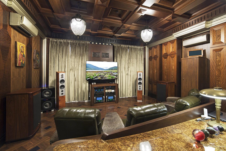 Рабочий кабинет богатый аудиотехникой и с богатой предысторией
