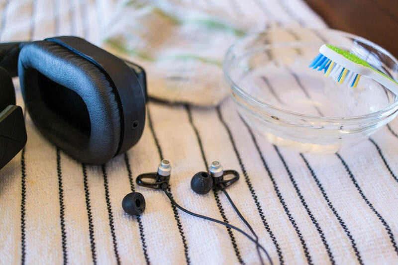Как чистить наушники: вставные, накладные и EarPods