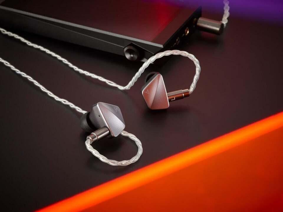 Гибридные внутриканальные наушники Astell&Kern AK Zero1: три вида излучателей и аудиофильский кабель из меди и серебра