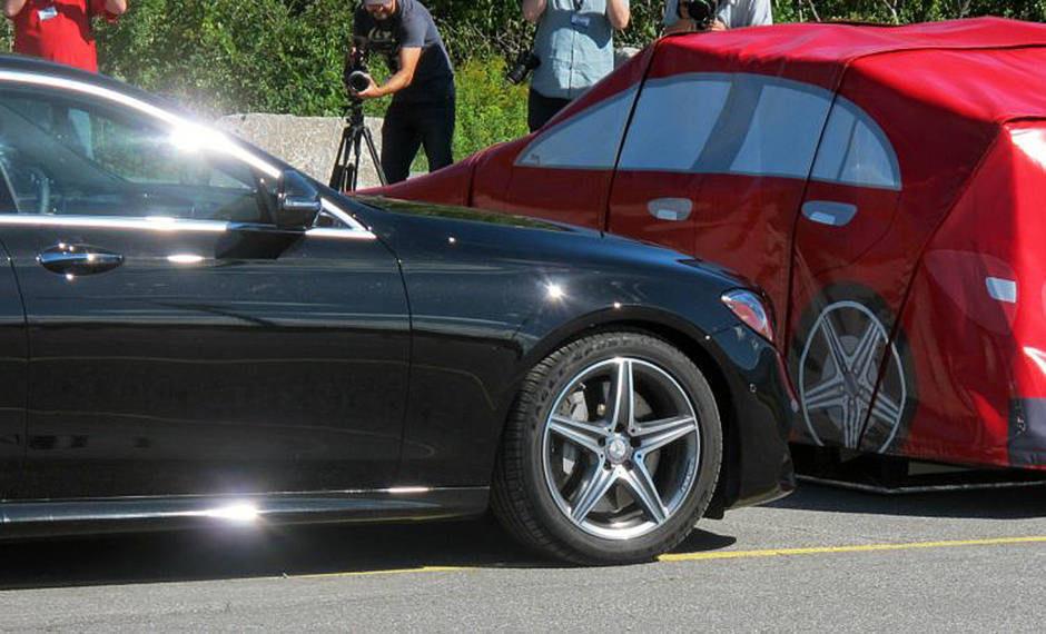 Автомобили Mercedes защитят слух водителя перед аварией