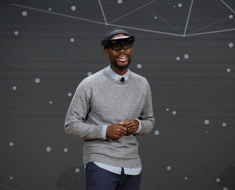 Microsoft продемонстрировала работу очков дополненной реальности HoloLens