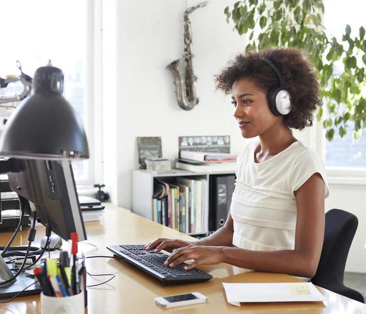 Исследование: женщины меньше отвлекаются на музыку