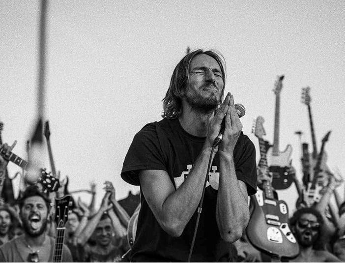 Группа из 1200 музыкантов Rockin'1000 исполнила каверы известных песен [видео]