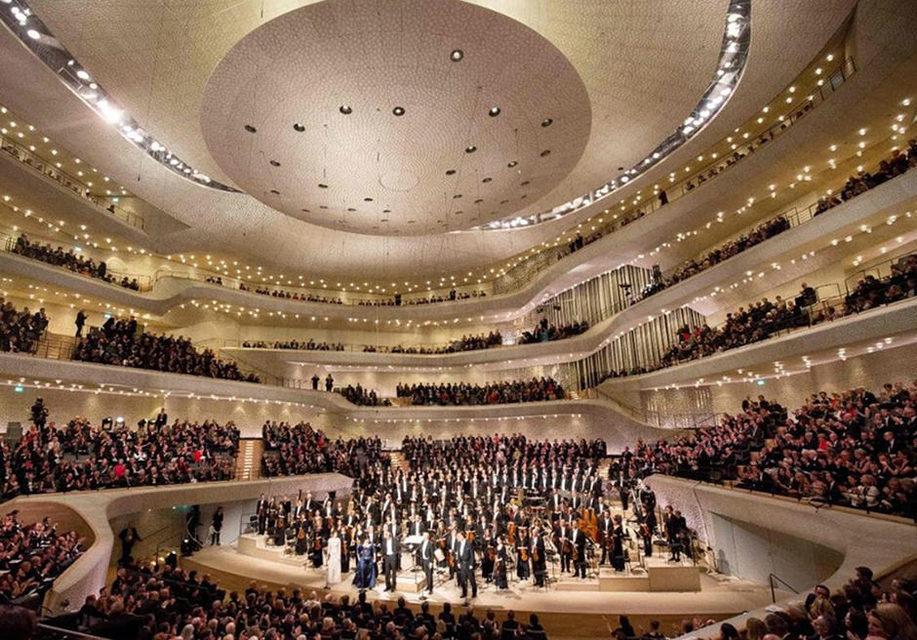 Открытие Эльбской филармонии отметили грандиозным световым шоу под9-юсимфонию Бетховена