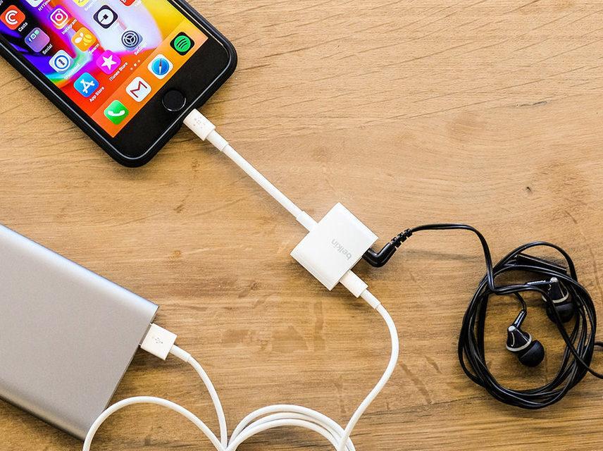 Apple выпустила Lightning-донгл с 3,5-мм разъемом и входом для зарядки