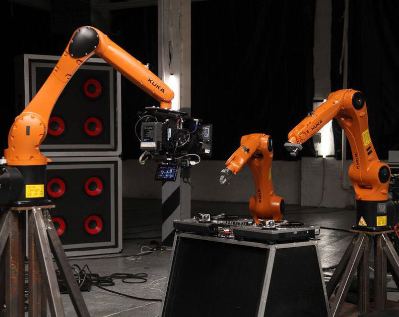 В видеоклипе музыканта Найджела Стэнфорда промышленные роботы сыграли на музыкальных инструментах