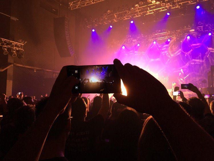 Статистика: все больше посетителей концертов хотят запрета съемки на смартфоны во время выступлений