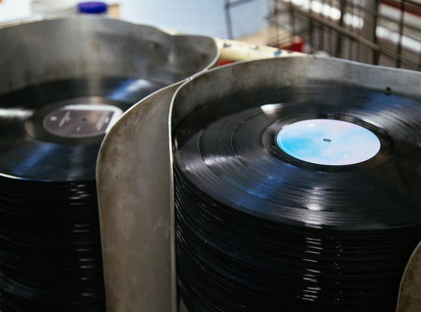 Warner Music открыла фанатский виниловый лейбл Run Out Groove