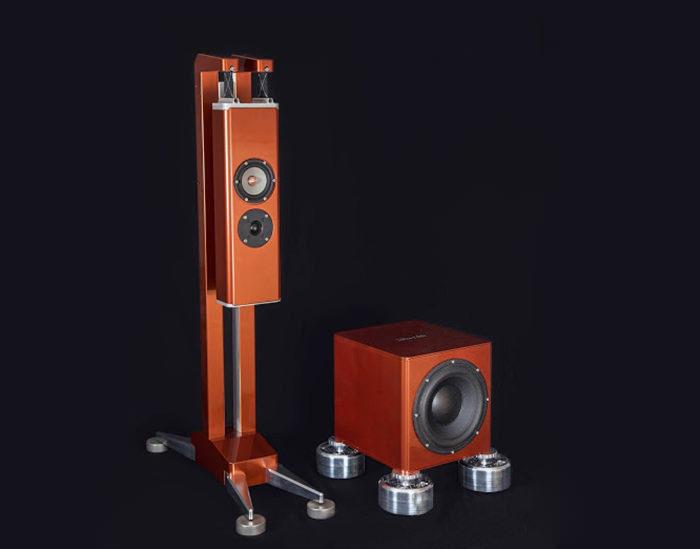 Колонки Gravitas от Aluminous Audio со специальными антивибрационными стойками и подставками