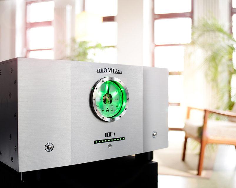 Батарейный источник питания Stromtank S2500 полностью изолирует аудиосистему от общей электросети