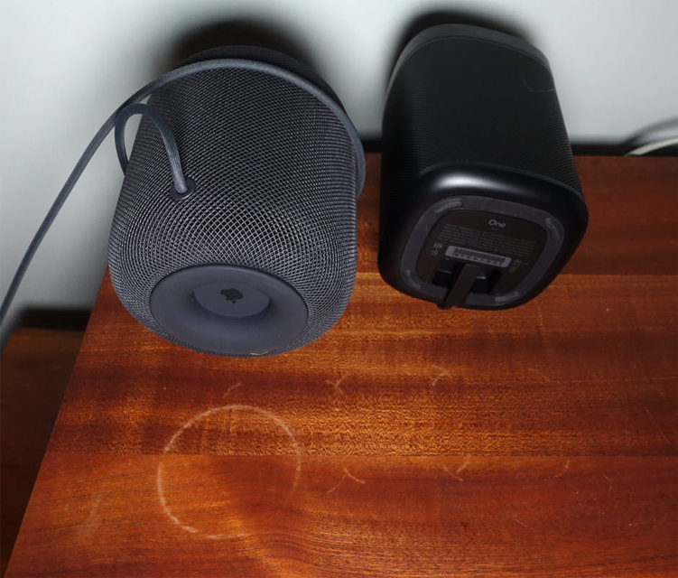 Силиконовые ножки колонок Sonos тоже оставляют следы на дереве