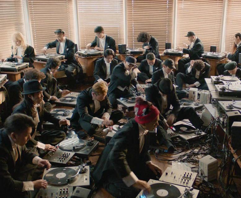 «Филармонический вертушечный оркестр» сыграл классическую музыку на проигрывателях Technics SL-1200