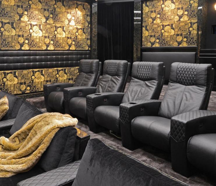 Кинотеатральные кресла Cineak Ferrier: моторизированная спинка и опции по индивидуальному заказу