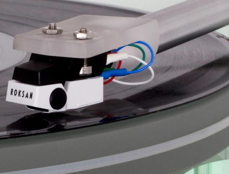 MM-картридж Roksan Corus 2 оснастили двумя маленькими магнитами, вместо одного большого