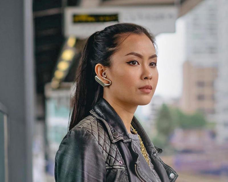 Умная гарнитура Sony Xperia Ear Duo станет первой с поддержкой голосового помощника «Алиса»