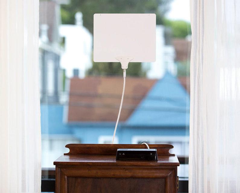 Тюнер Dish AirTV принимает эфирные ТВ-каналы и транслирует их по Wi-Fi