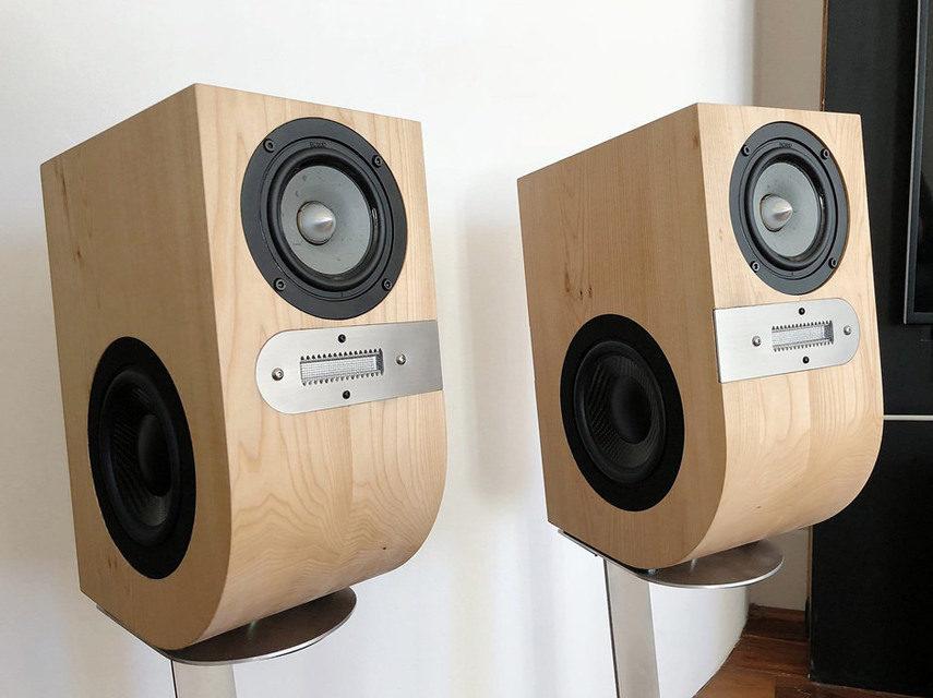 SoundKaos показала мини-мониторы VOX3 с двумя вуферами по бокам и ленточным твитером