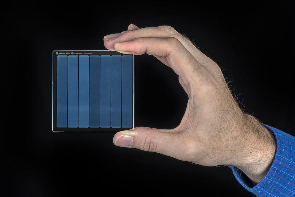 Microsoft продемонстрировала возможности проекта по записи цифровых данных на кварцевом стекле Silica