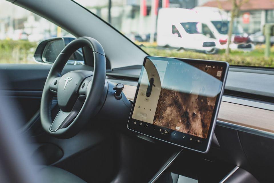 После обновления ПО в автомобилях Tesla появились Netflix, Youtube, Hulu и Spotify