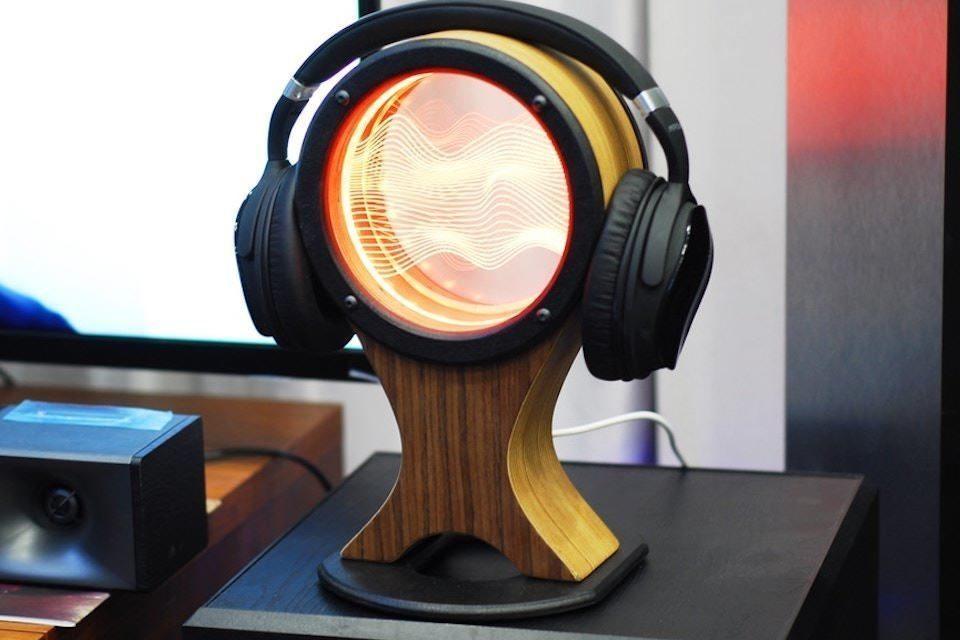 Компания JTL предложила подставку для наушников SpotLight с многоцветным светильником