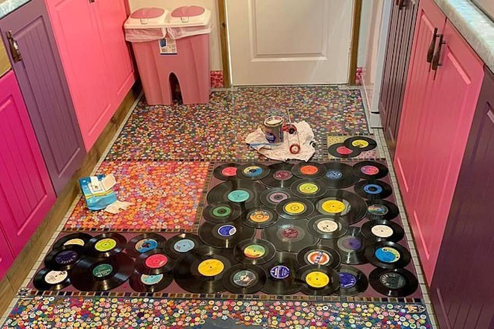 Женщина отомстила бывшему мужу за измену, выложив пол на кухне пластинками из его коллекции
