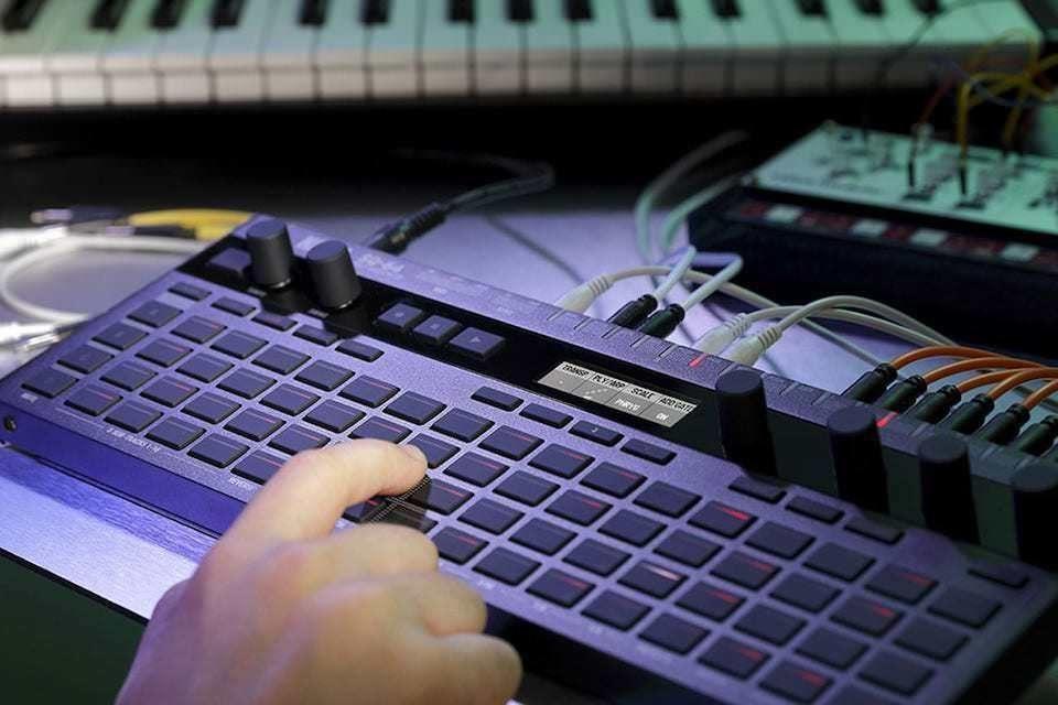 Korg SQ-64: полифонический секвенсор на 4 трека и 64 шага