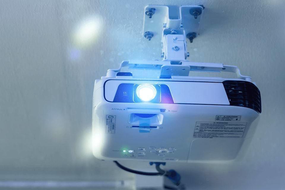 Epson подала в суд на четыре бренда проекторов