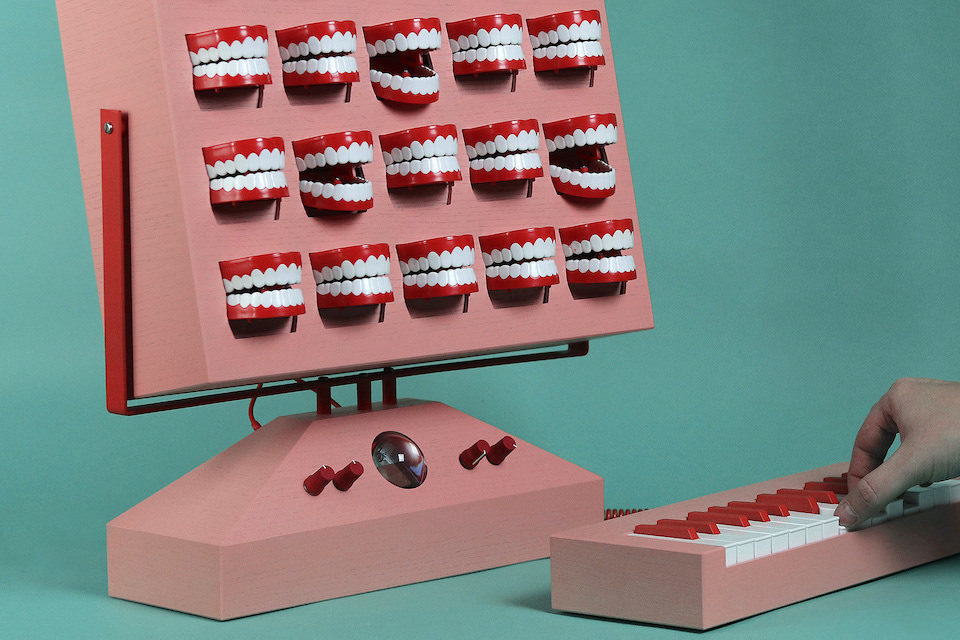 Дизайнер Лав Хультен придумал музыкальный синтезатор VOC-25 с пластмассовыми челюстями и осциллограммой сигналов