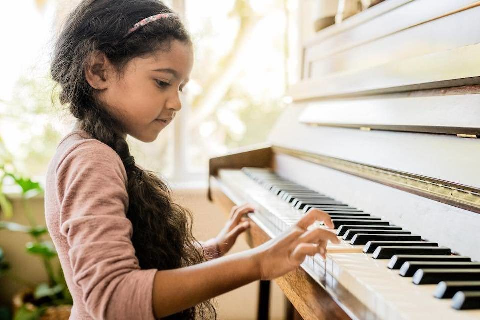 Исследование: почему занятия музыкой в раннем возрасте позволяют добиться успехов в этой сфере