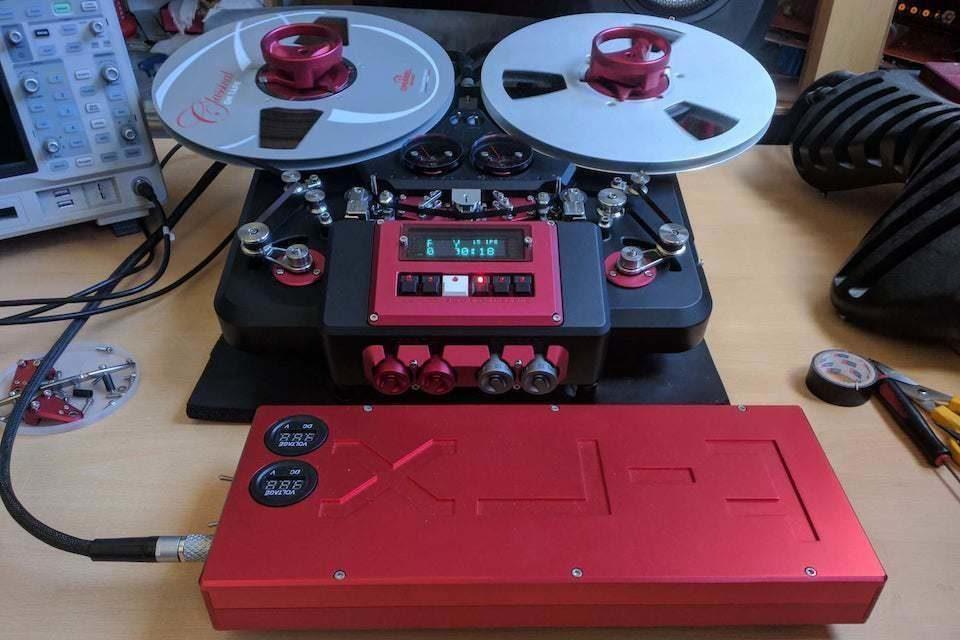 Катушечный магнитофон Metaxas&Sins T-RX получил опциональный аккумулятор HOTA D6