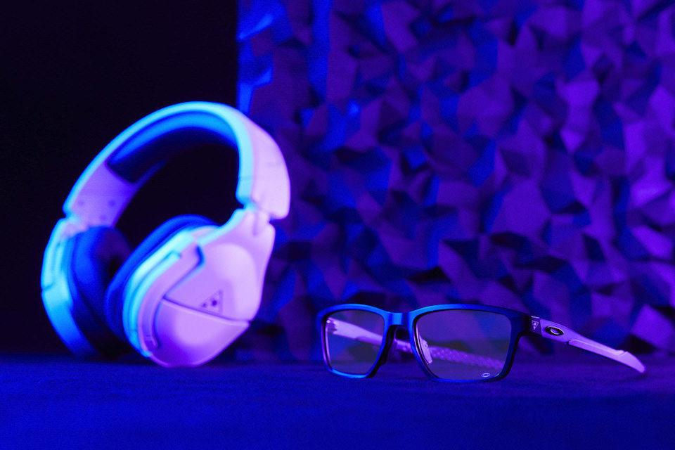 Oakley разработала очки, в которых удобно сидеть в наушниках