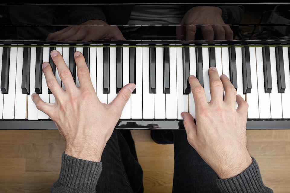Искусственный интеллект научился распознавать музыку по движениям рук пианиста