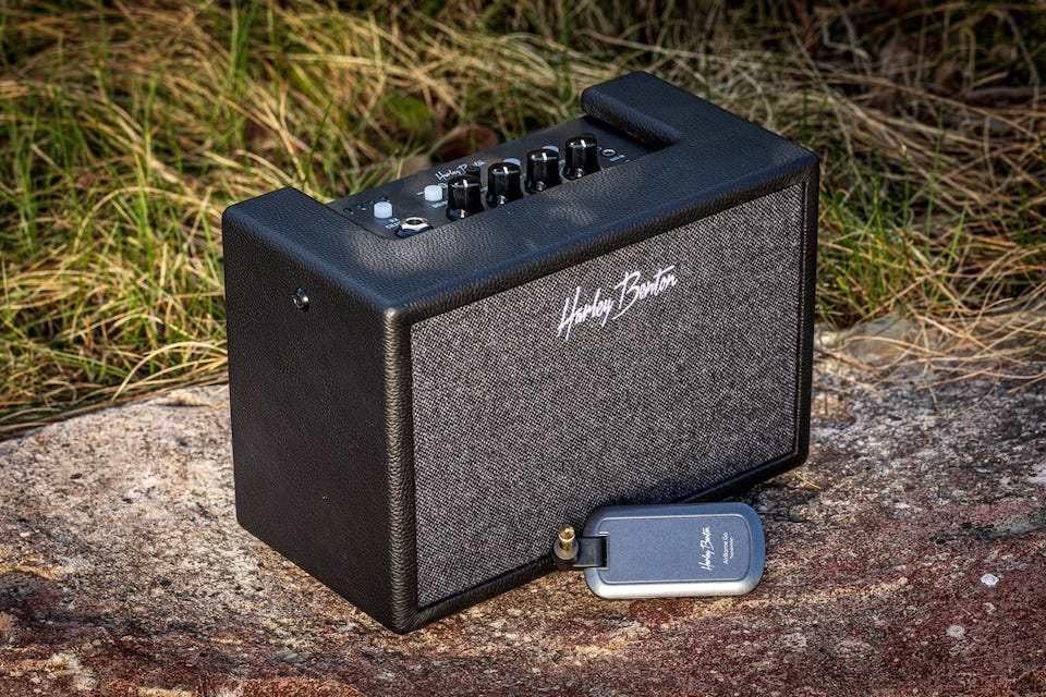 Harley Benton AirBorne Go: бюджетный гитарный комбик с беспроводным подключением, процессором и драм-машиной