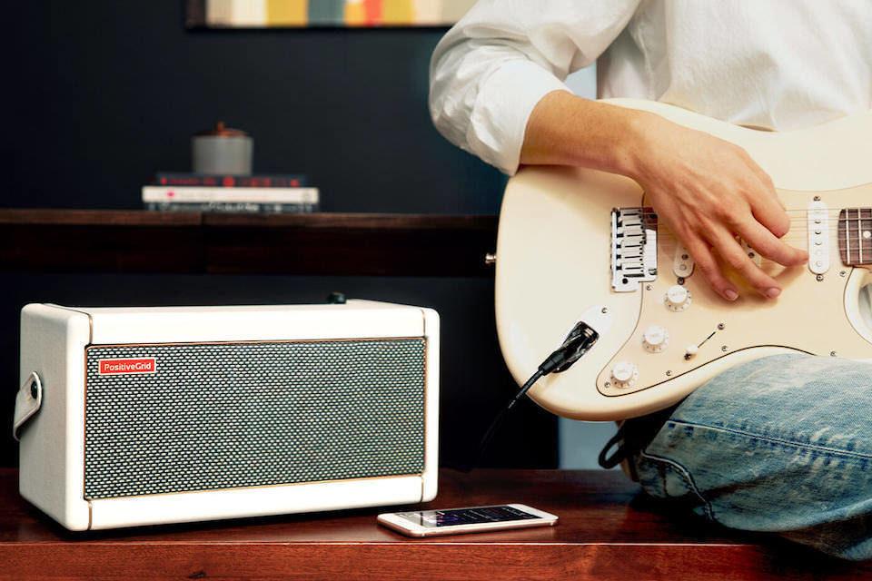 Умный настольный гитарный комбик Positive Grid Spark выйдет в лимитированном бело-золотистом оформлении Pearl