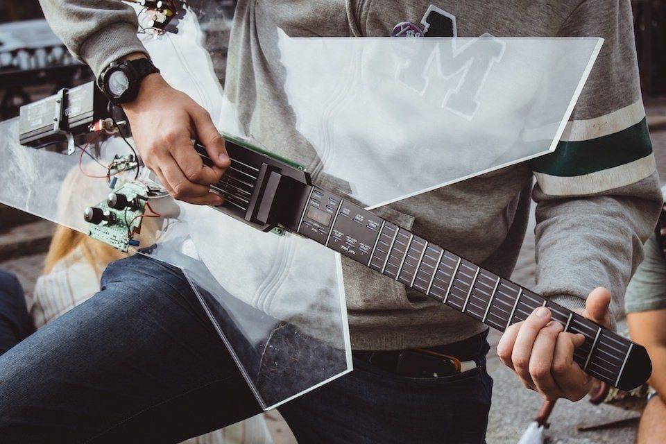 Российский стартап Noli Music разработал умную электрогитару для новичков и людей с ограниченными возможностями