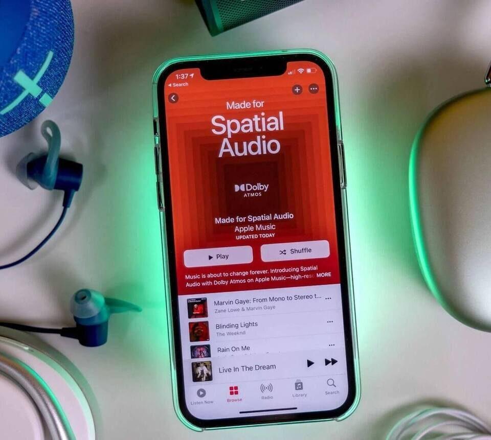Apple Music в iOS 15 научилась отслеживать положение головы слушателя
