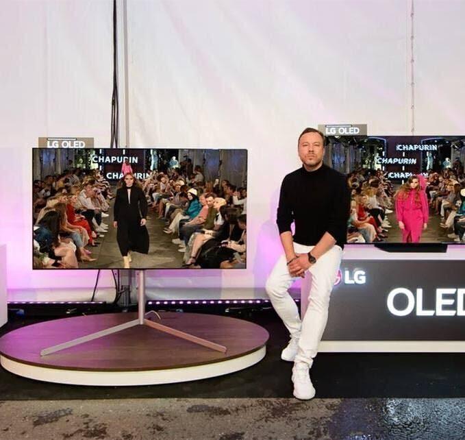 Первый outdoor-показ бренда Chapurin сопровождали OLED-телевизоры LG