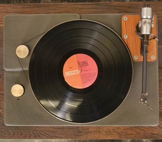 LP-проигрыватель Fern & Roby The Turntable: чугунное основание и бронзовый диск