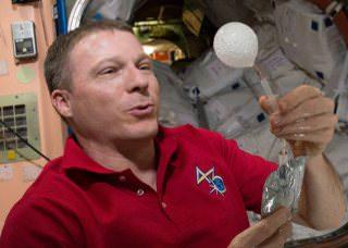 Новое космическое 4K-видео с борта МКС: шипучая таблетка в невесомости