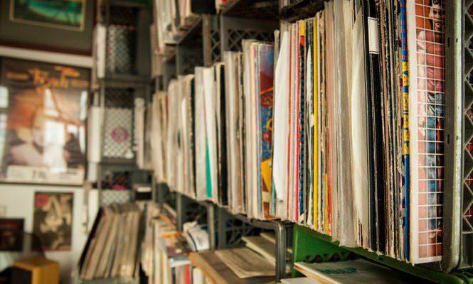 Австралийский коллекционер продает за 1,5 млн долларов свою фонотеку в сто тысяч пластинок, кассет и дисков