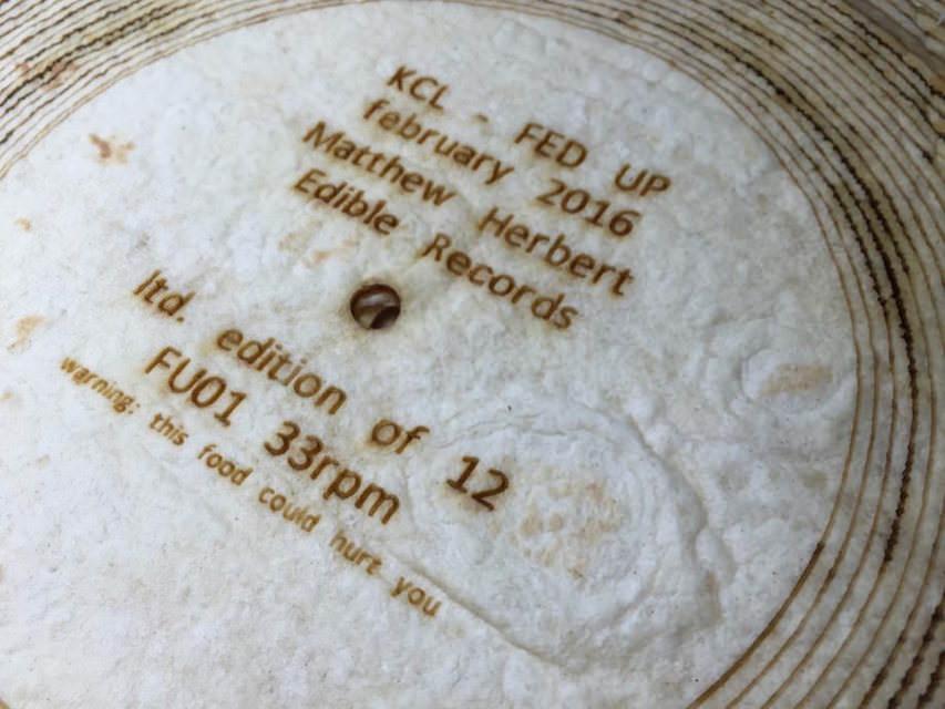 Британский музыкант сделал грампластинки из сыра, баклажана и ветчины
