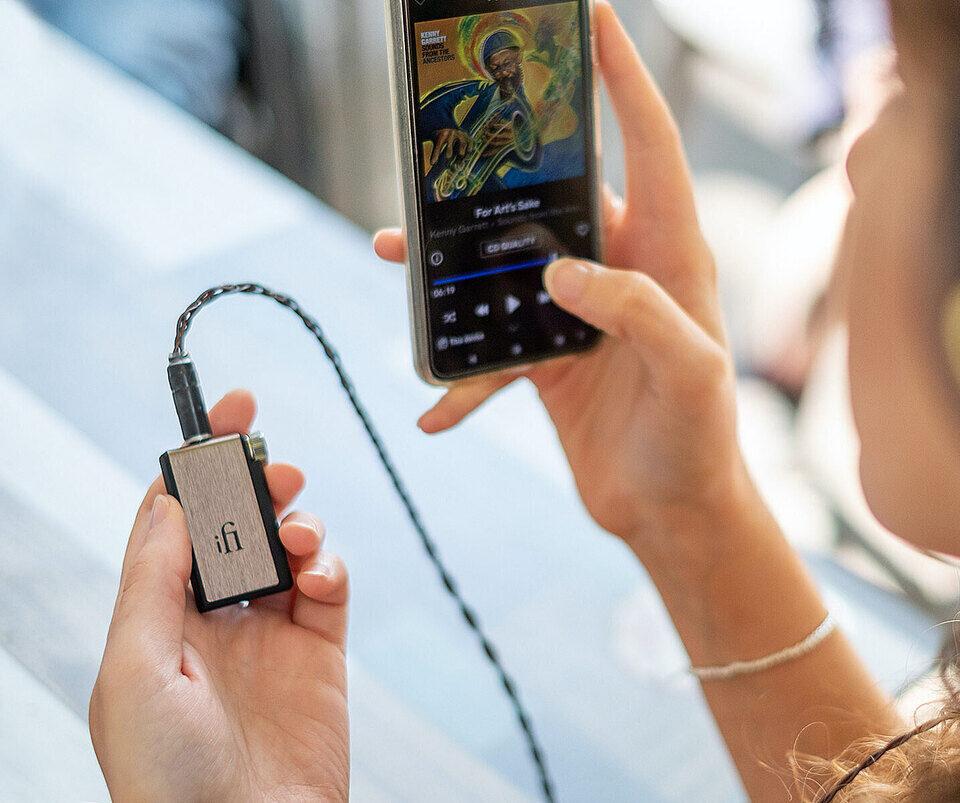 Портативный ЦАП-усилитель для смартфона iFi Audio Go Blu: подключение по Bluetooth 5.1, поддержка aptX HD с LDAC и балансная схема