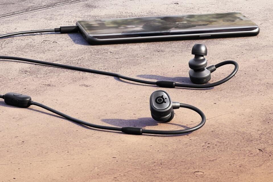 Гарнитура SteelSeries Tusq для мобильного гейминга: внутриканальные наушники и дополнительный микрофон на штанге