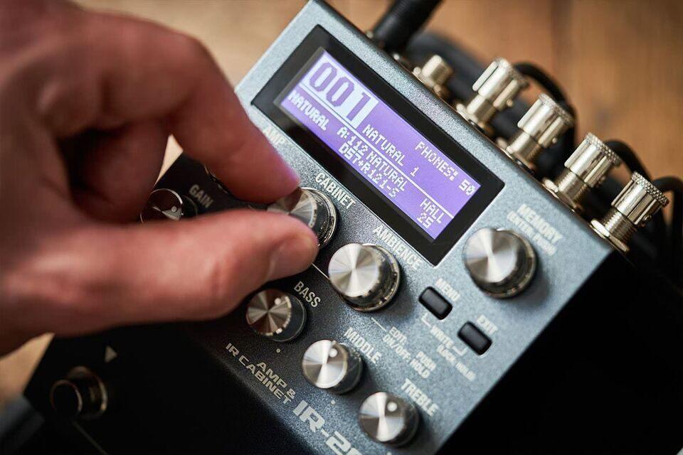 Boss пополнила каталог напольных педалей гитарным синтезатором SY-200 и эмулятором кабинетов IR-200